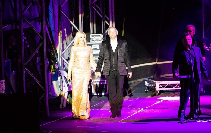 John Farnham and Olivia Newton-John perform at Margaret River's Sandalford Estate